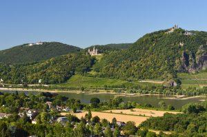 Rheinpanorama mit Blick auf Drachenfels und Drachenburg im Siegengebirge bei Bonn